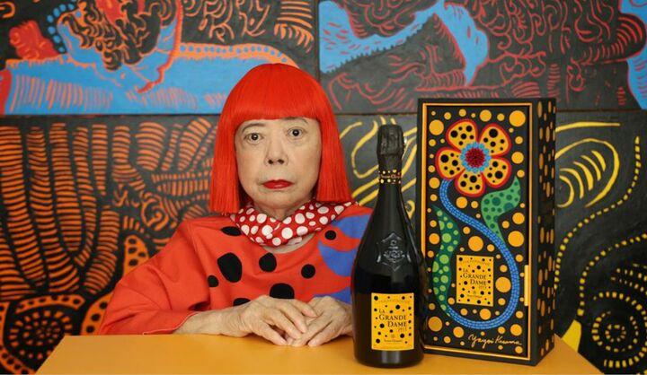 ヴーヴ・クリコは、大胆かつ革新的精神の持ち主だったマダム・クリコへのオマージュを込めた希少なシャンパーニュ、ラ・グランダムと、現代アートの巨匠、草間彌生氏デザインによるコラボレーションボトル「ヴーヴ・クリコ ラ・グランダム 2012 草間彌生 ギフトボックス(Veuve Clicquot La Grande Dame 2012 Yayoi Kusama Gift Box)」を世界先行発売