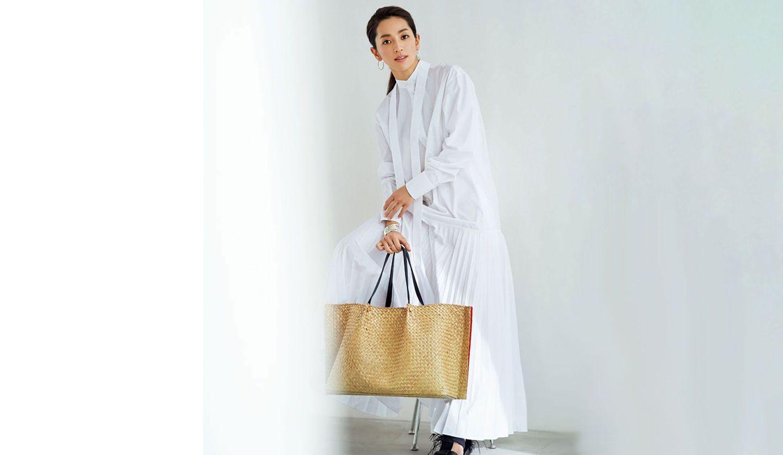 モデルで女優の中村アンさんが身につける、ヴァレンティノ(VALENTINO)のラージトート型かごバッグ