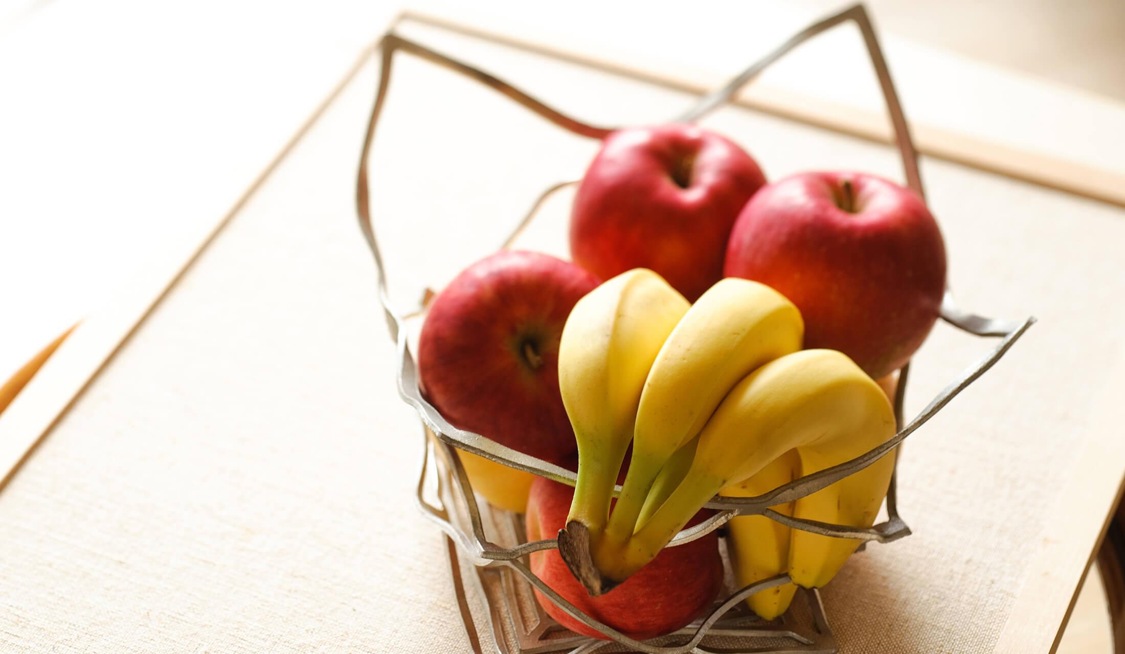 能作の曲がる錫製品「KAGO(かご)」に果物が入っている