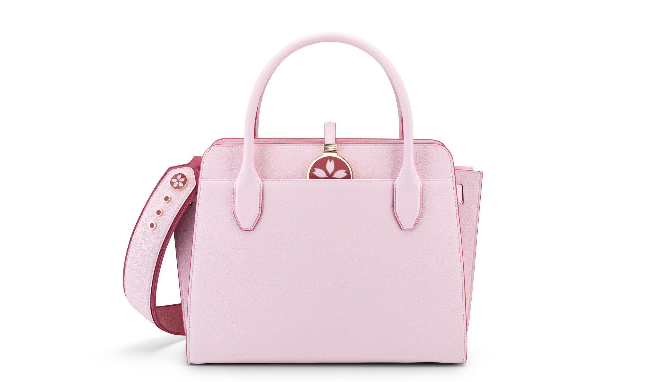 ブルガリから登場する日本限定の桜カラー「ブルガリ・ブルガリ アルバ」バッグの写真