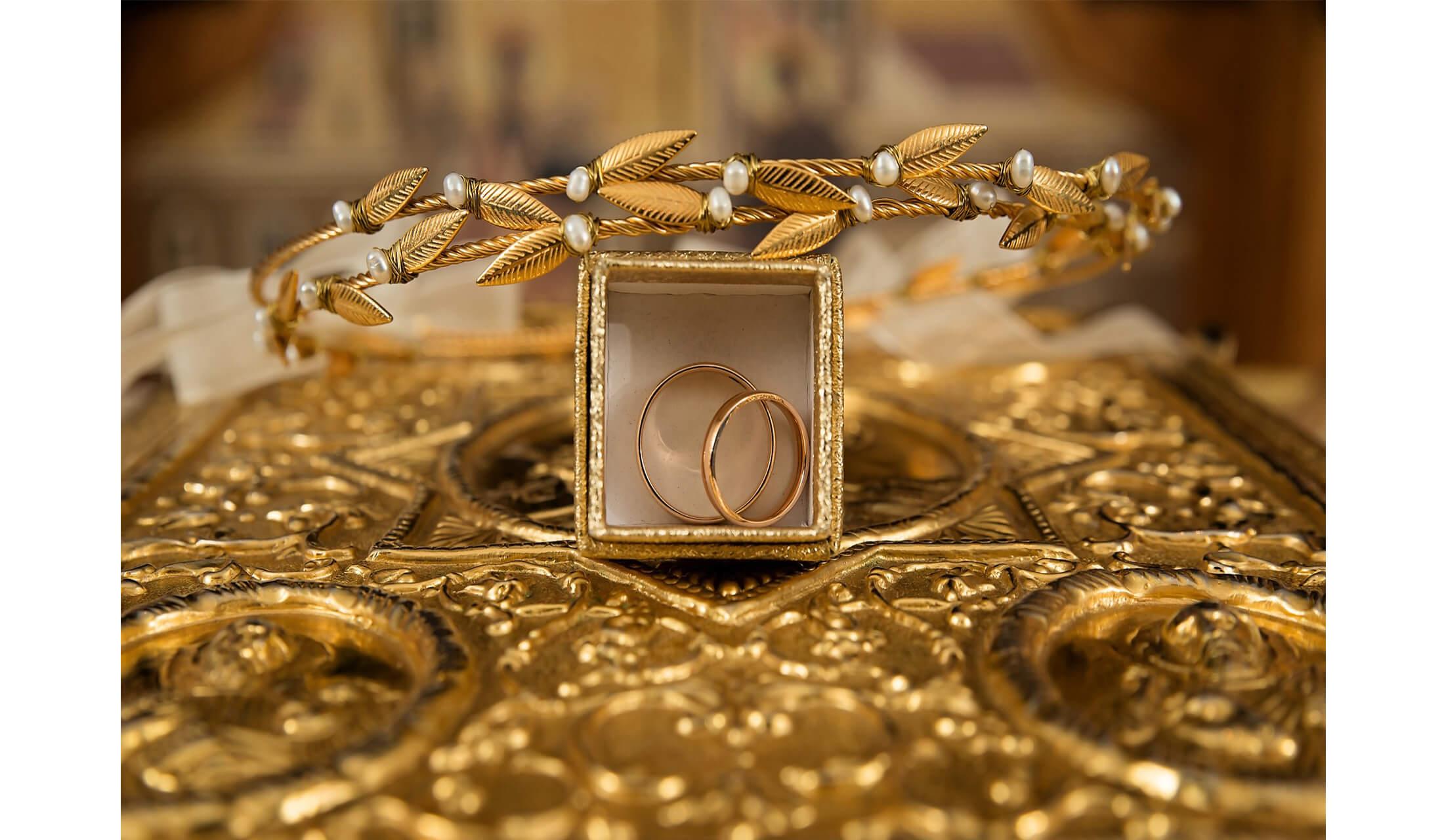 金色の装飾に囲まれているゴールドのペアリング