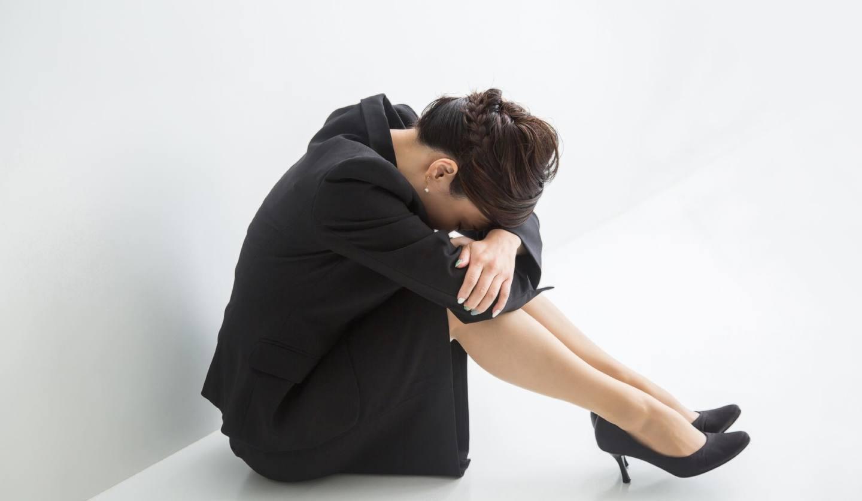 俯いて泣く女性