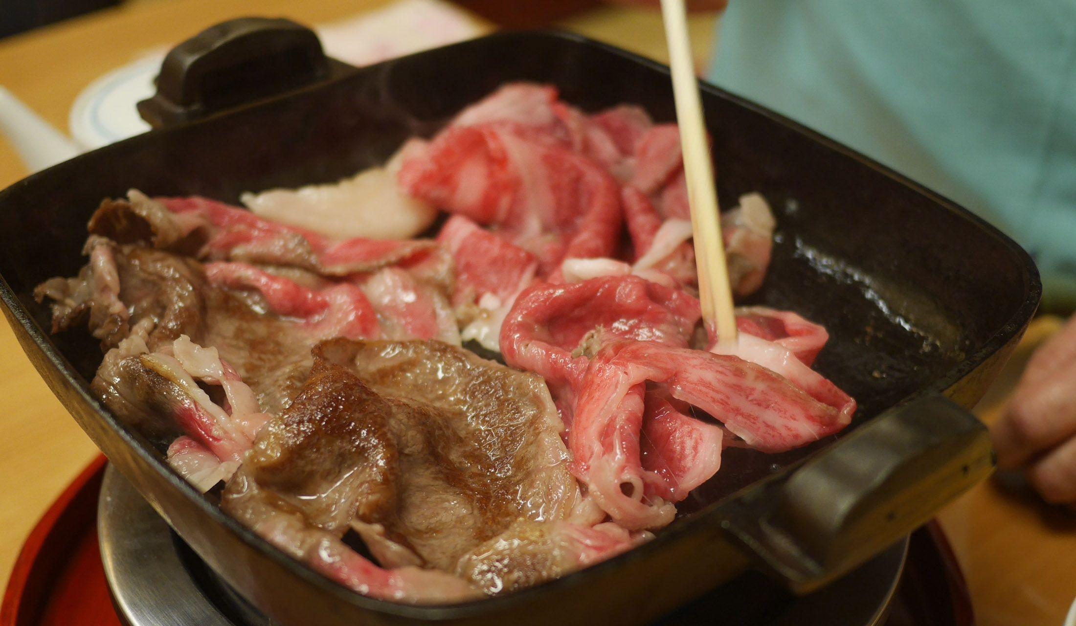 銀座 吉澤で販売される高級牛肉を使ったすき焼き