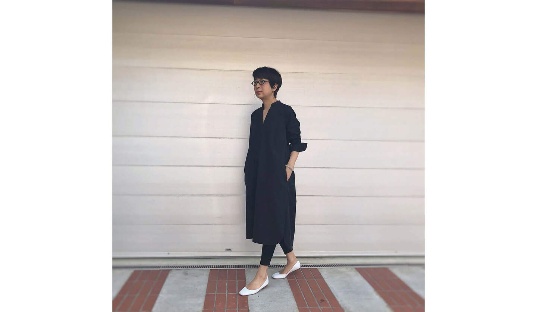 黒のワンピースに白の靴を合わせたコーディネート