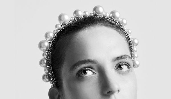 アリアナ・グランデが頭の上に載せているのは何?
