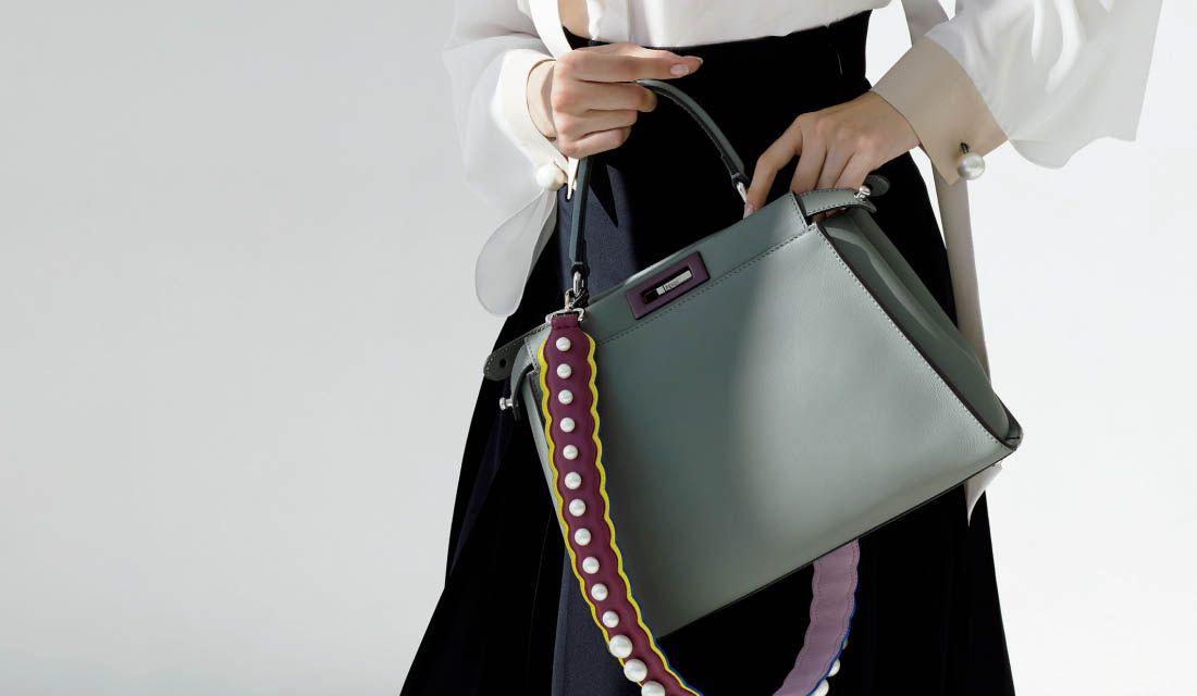 フェンディのバッグピーカブー(ニュアンスグレー)を持つ女性の手元
