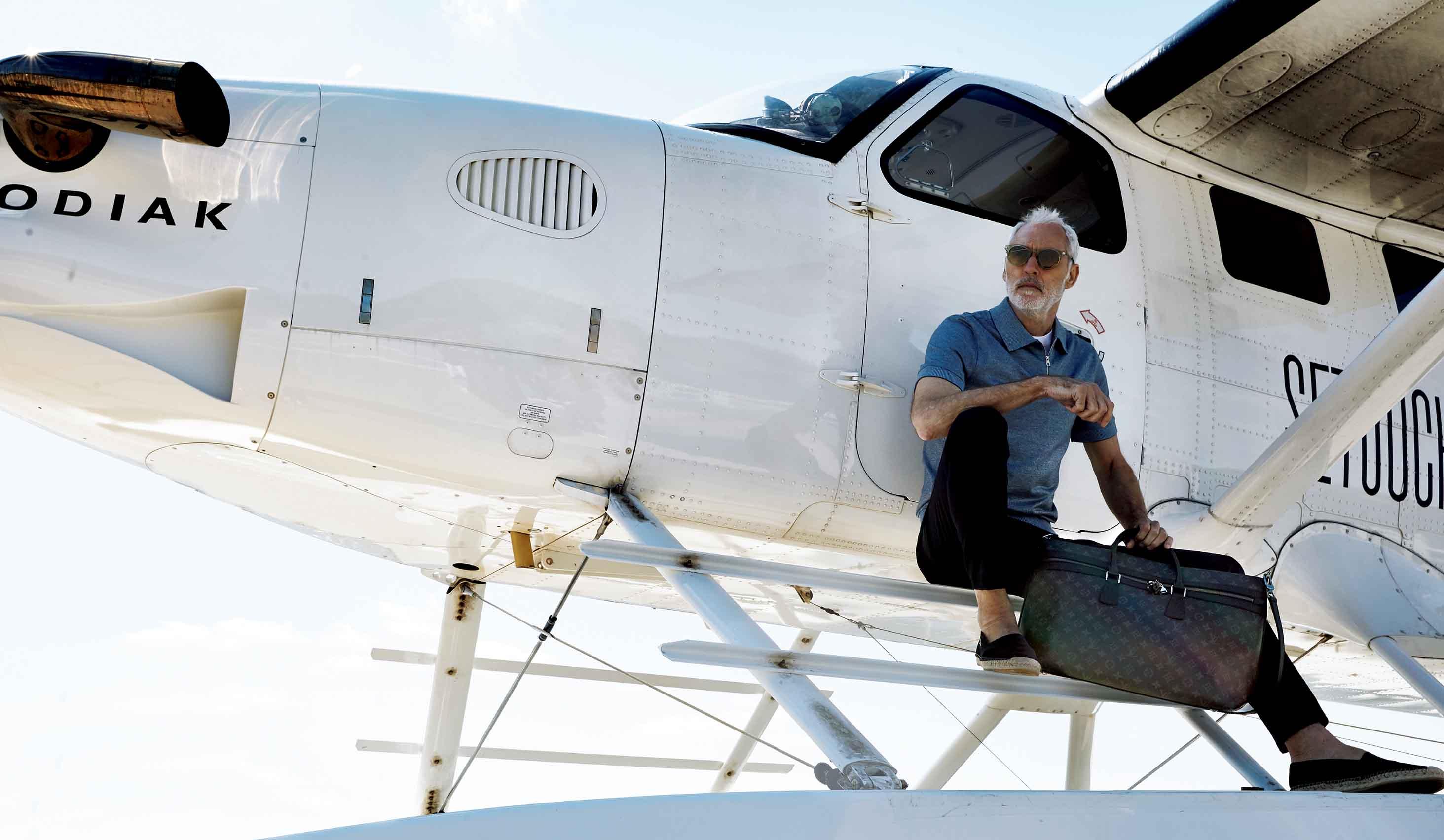 素性滑走艇に座っている外国人モデル