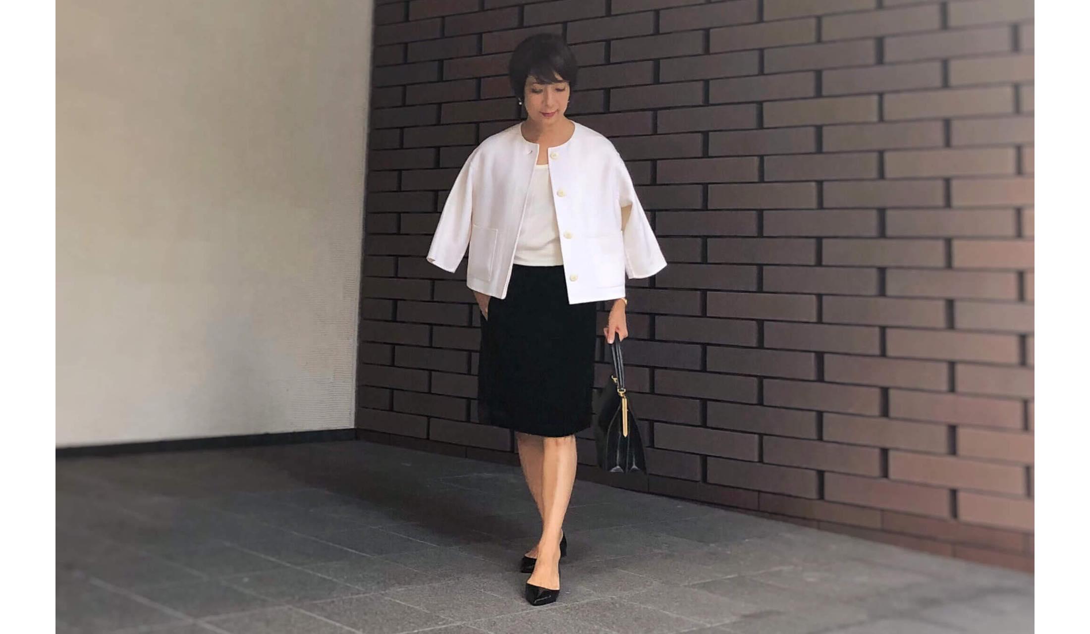 白のカシミアジャケットと白インナー、黒のベルベットスカートのコーディネート