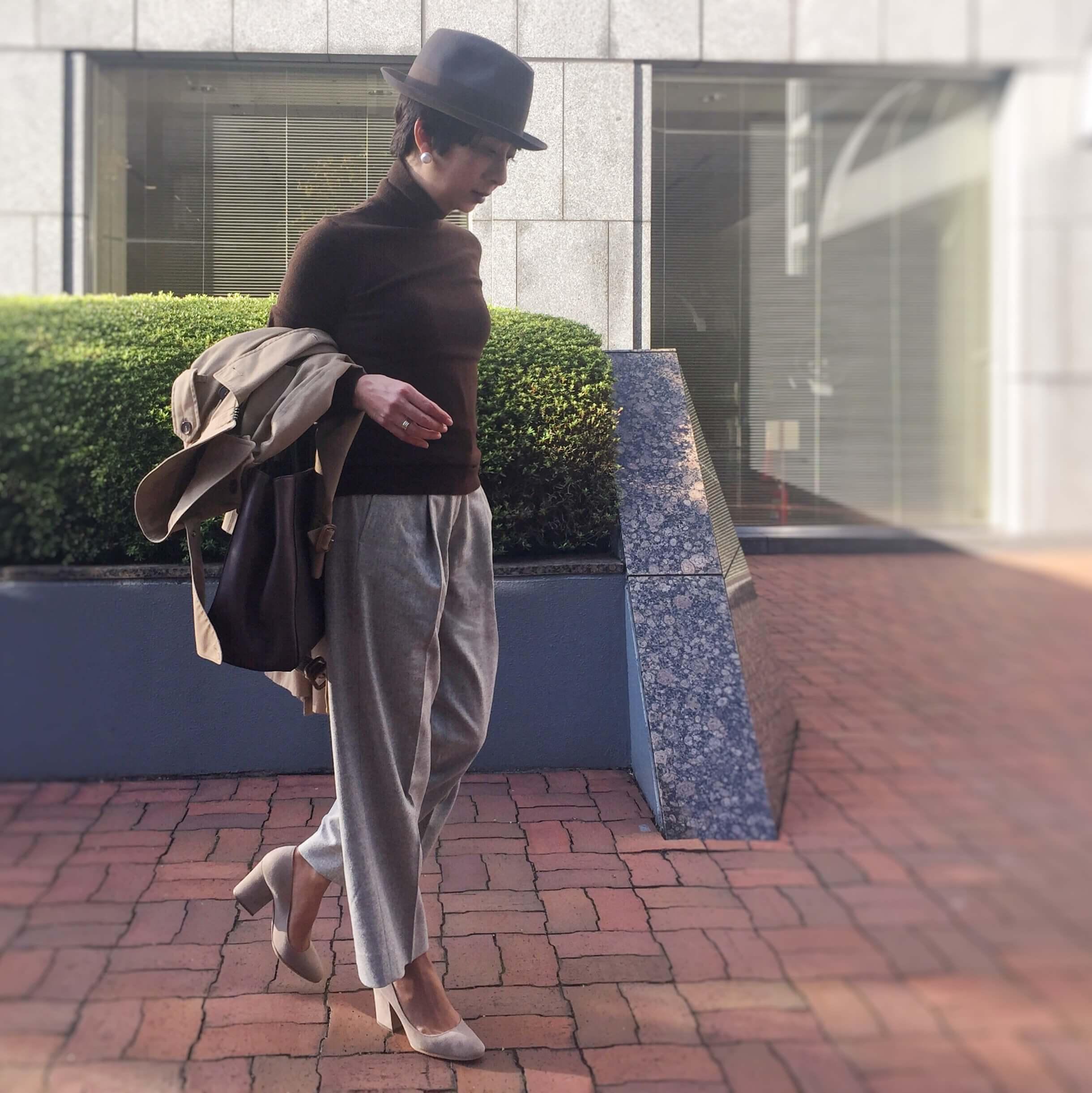 防止をかぶりニットとパンツを着たエディターJ