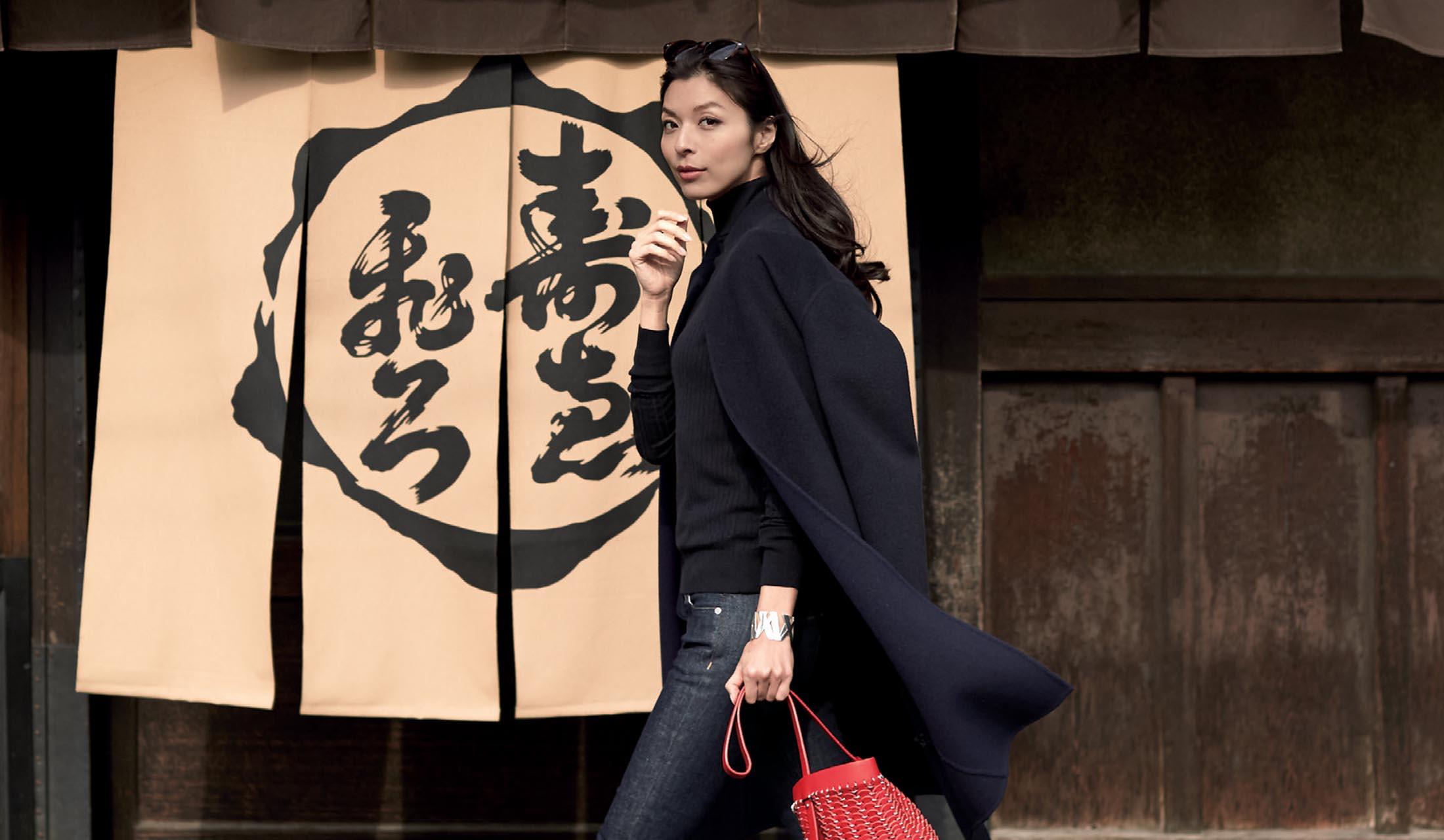 京都の街を歩く生方ななえさん