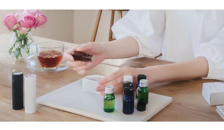 自分だけに香るアロマが持ち運べる「AROMASTIC」に、ふたつの好みの香りでカスタムカートリッジが作れる「AROMASTIC Custom Cartridge」登場、ギフトセットにも注目です