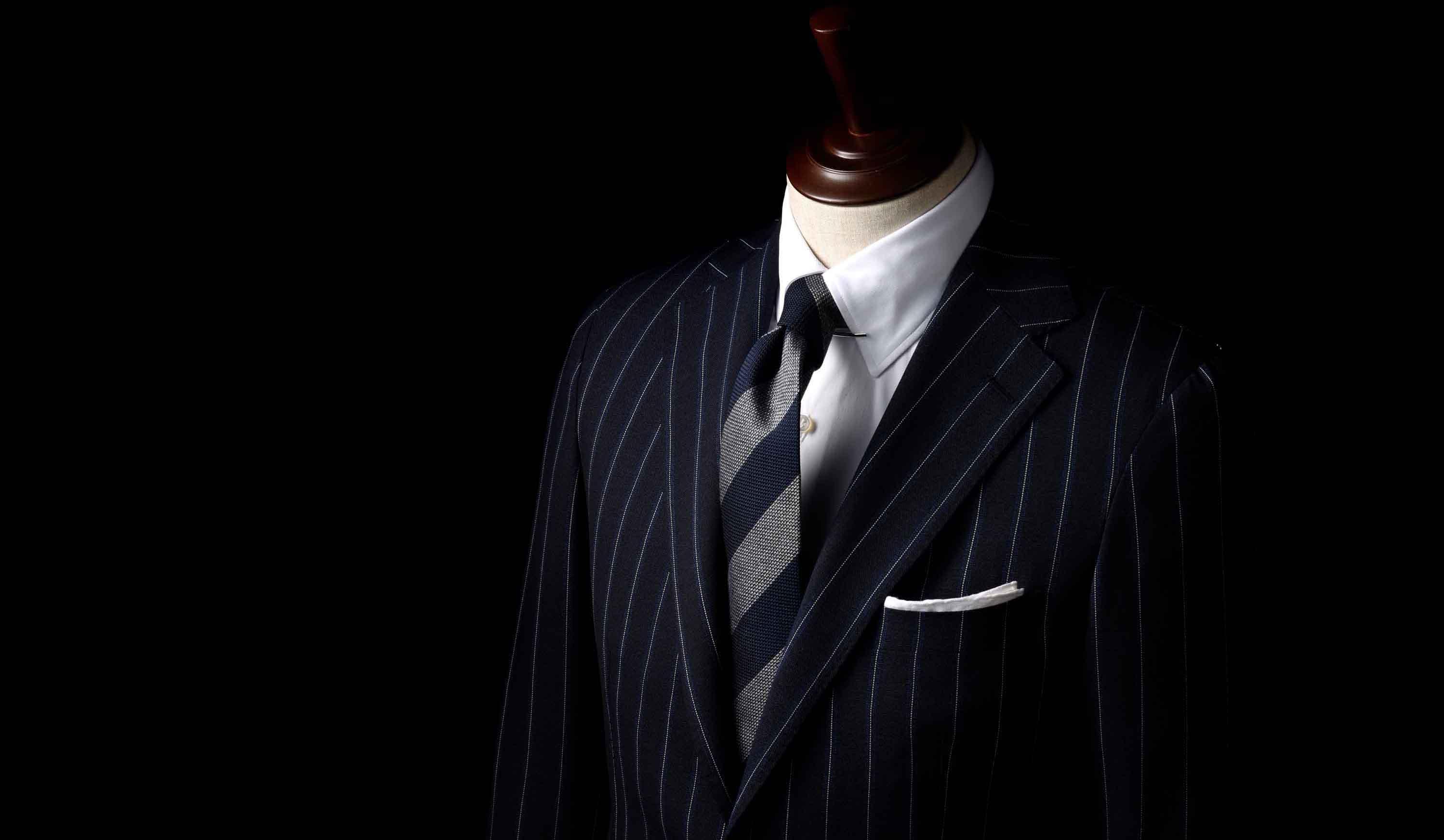 ダブルノット結びをしたスーツのバストアップ