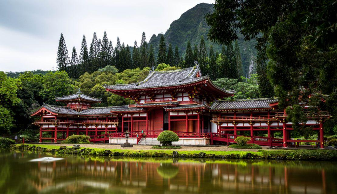 赤いお寺が建っている