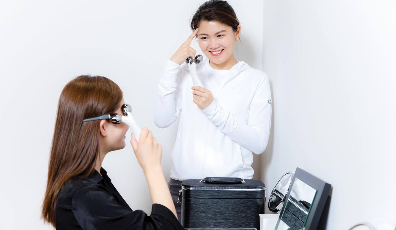 美顔器のレッスンをしている2人の女性
