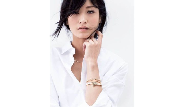 ゴールドのブレスレットを着用した黒田エイミ