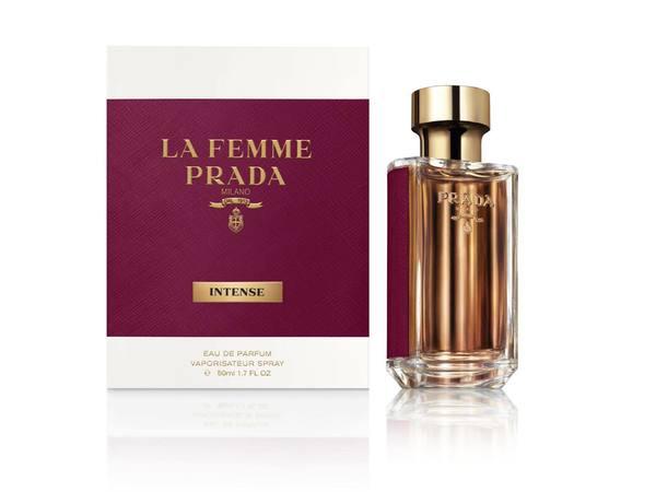 「プラダ フェム インテンス」のフローラルな香水で華やかな女性に
