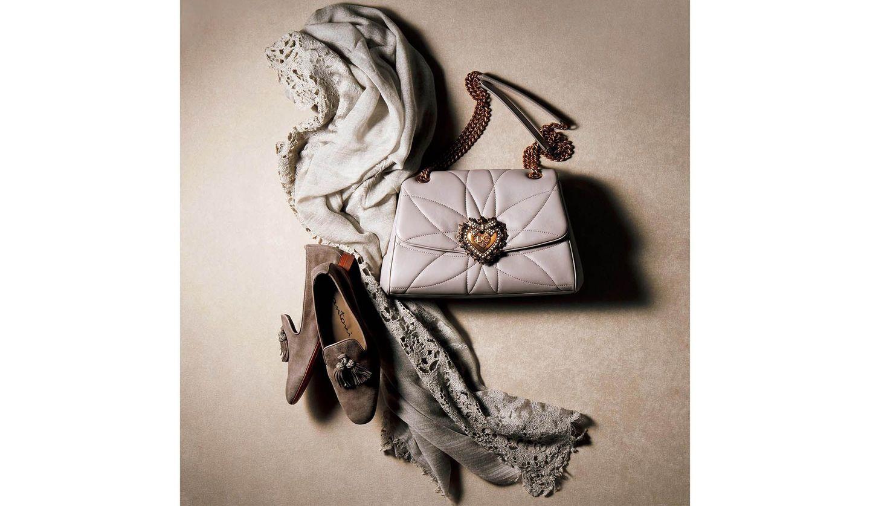 ゲイナーのストール、ドルチェ&ガッバーナのチェーンバッグ、サントーニのタッセルローファー