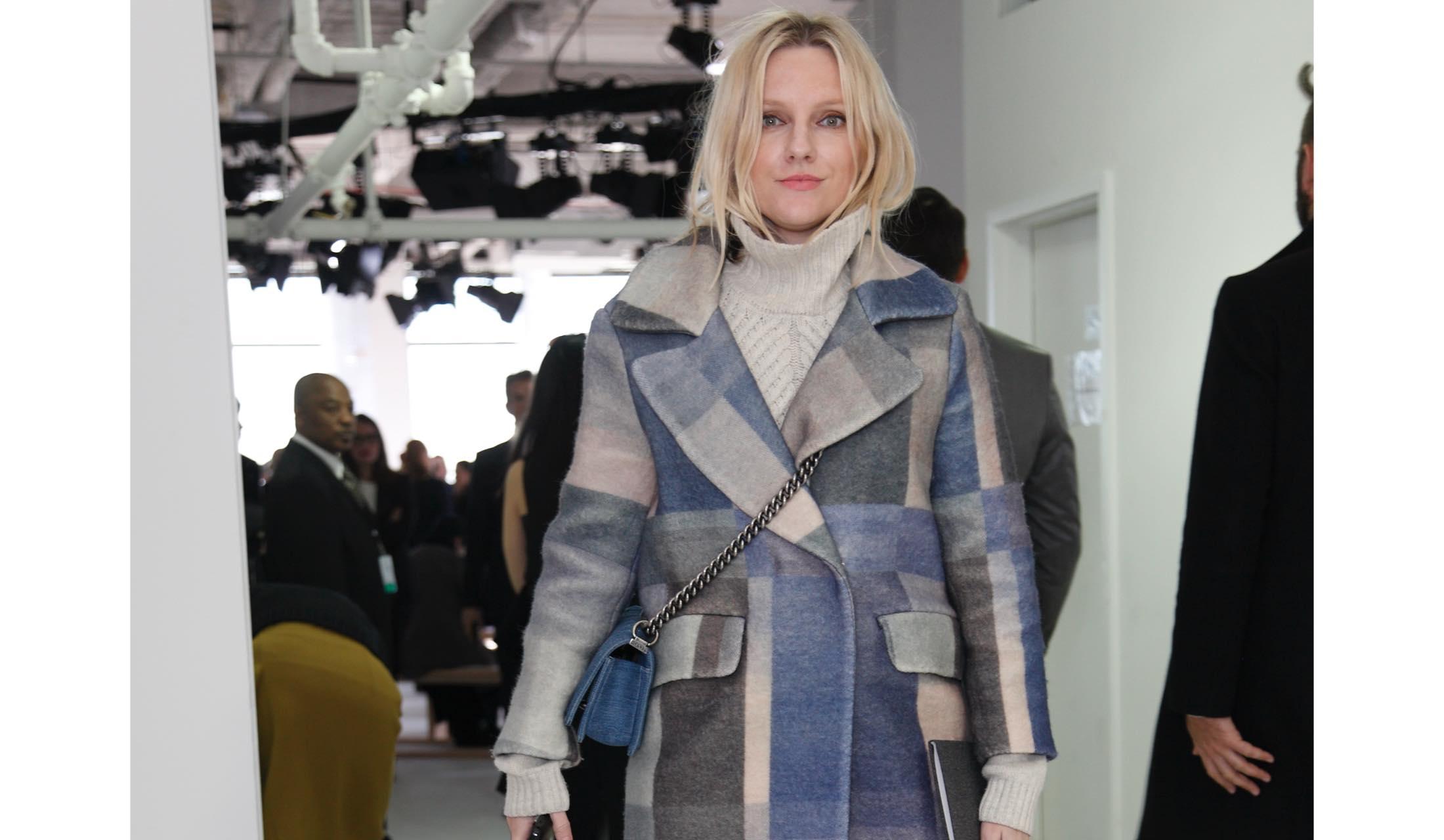 ブルーのチェック柄のコートを身にまとった女性