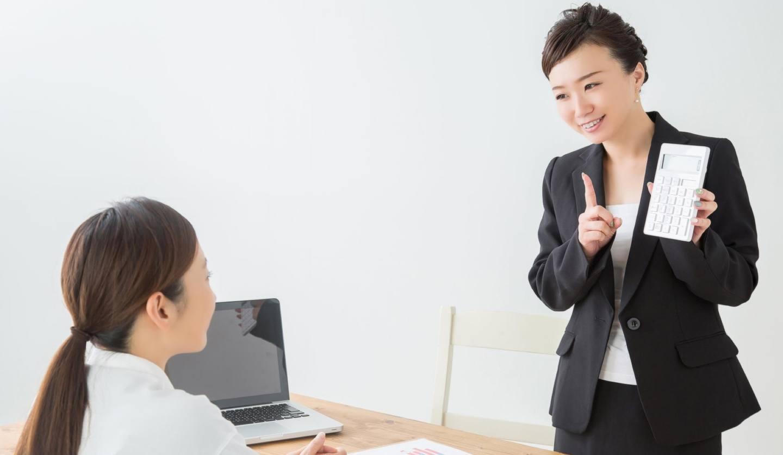 座って話を聞く女性と立つ女性