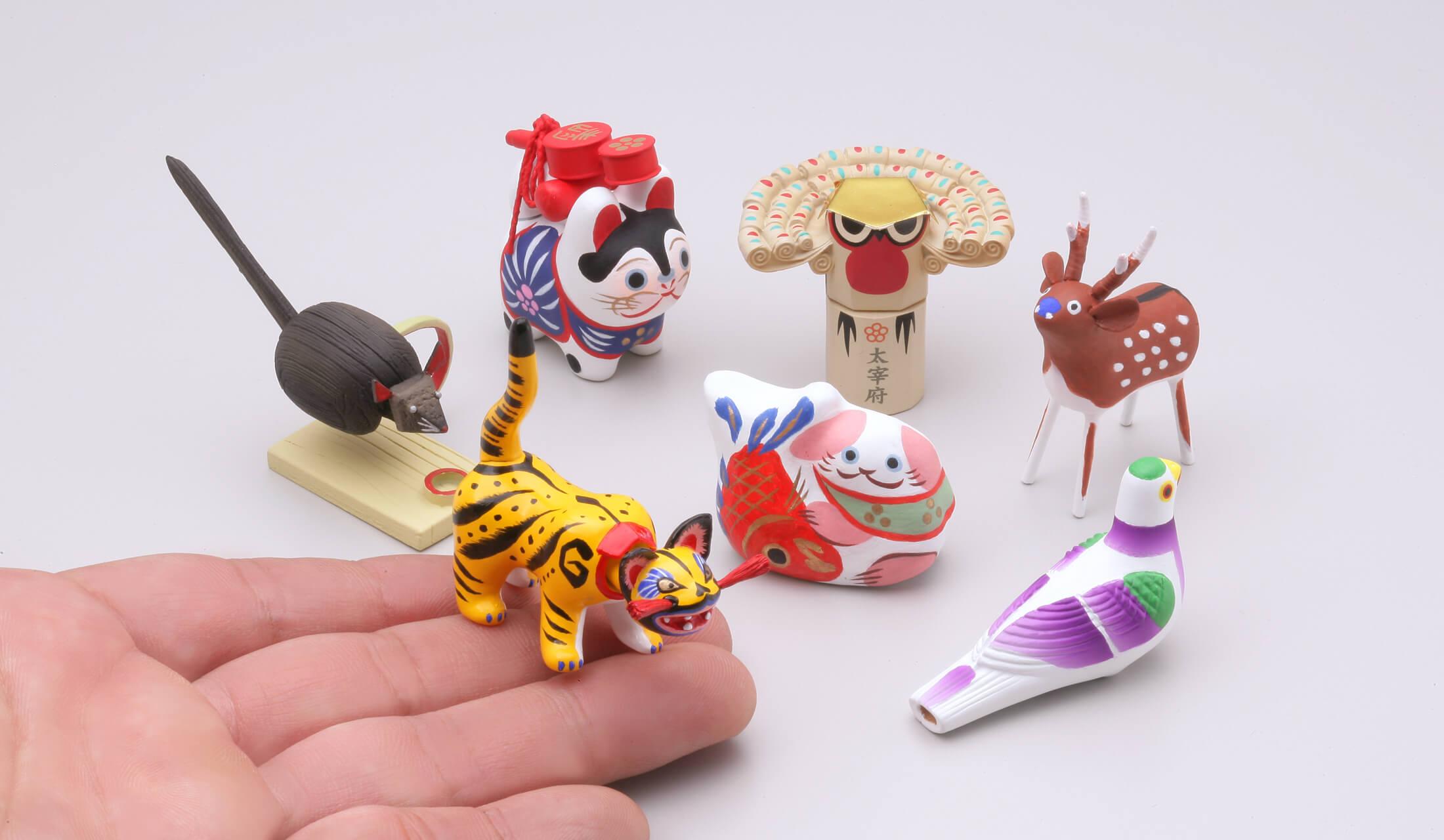犬張子など、全国の郷土玩具が手乗りサイズで7種類並んでいる