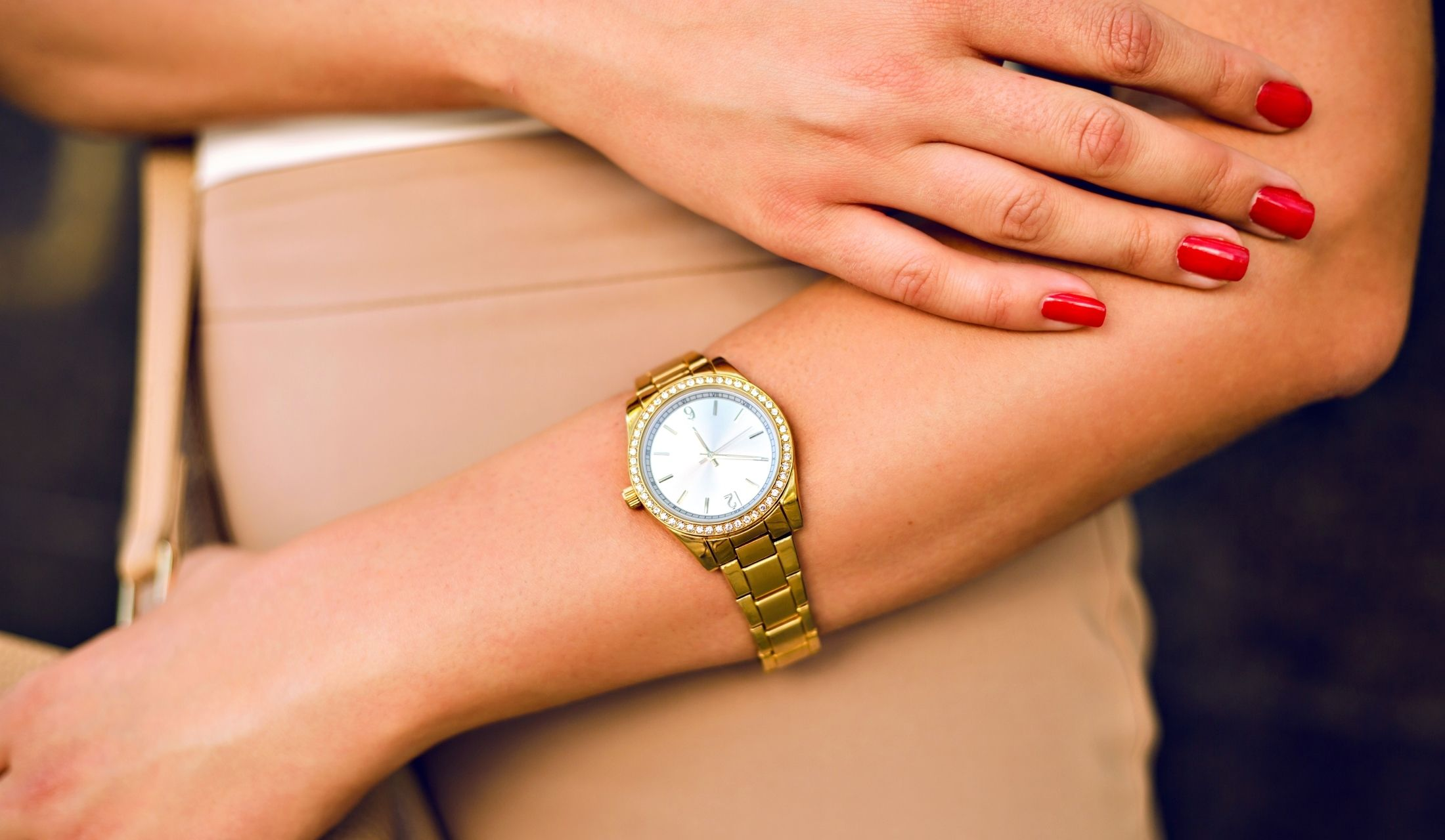 時計をしている女性の手元