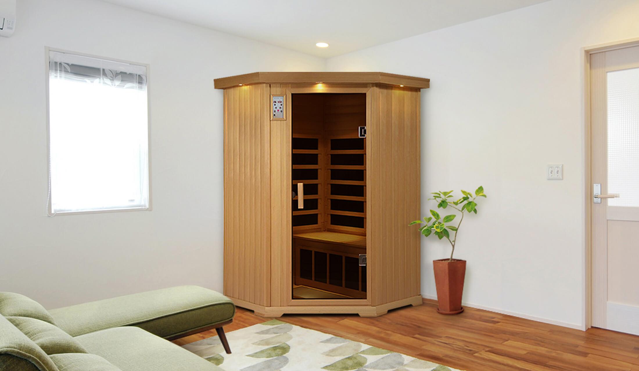 ソファが置かれたリビングに設置された個室タイプのホームサウナ
