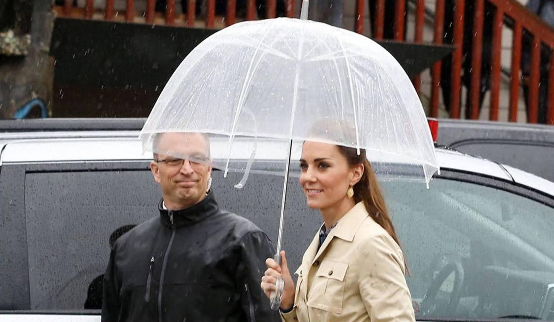 傘をさすキャサリン妃