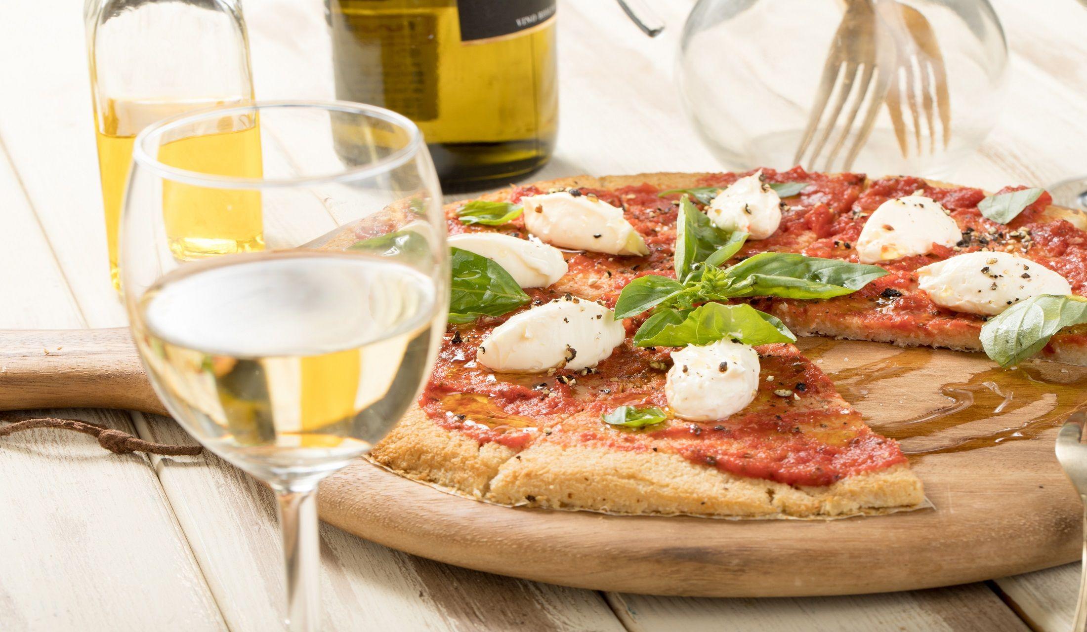 ピザと白ワインの写真