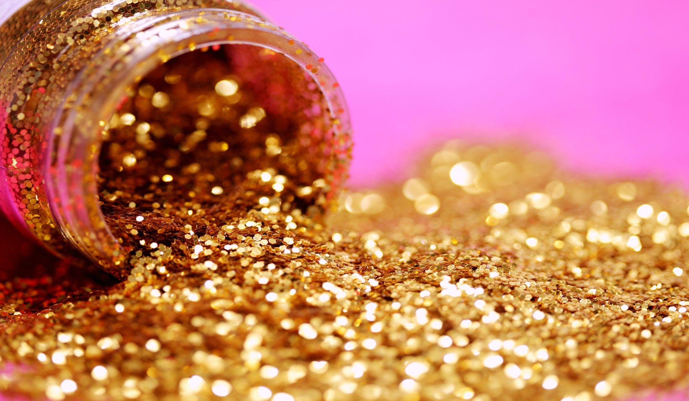 砂金が器からこぼれ出ているところ