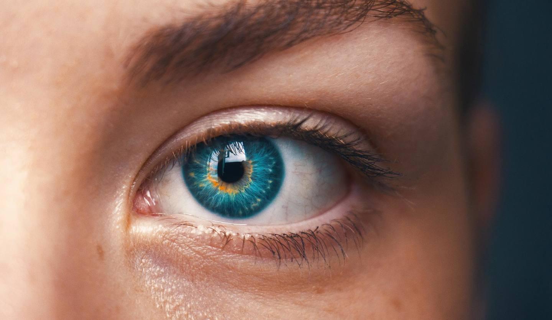 女性の目のUP