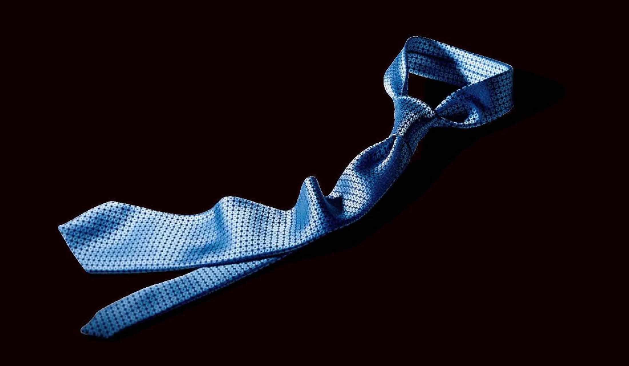 プレーンノット結びのネクタイ