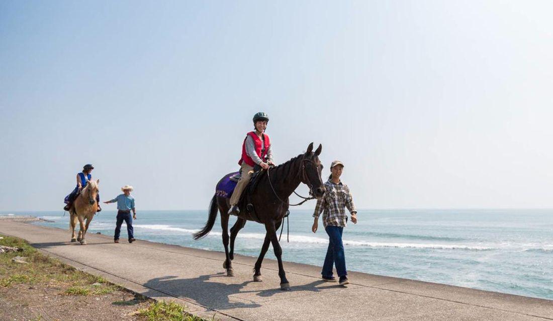 宮崎シーガイアで、馬に乗って海岸を散策