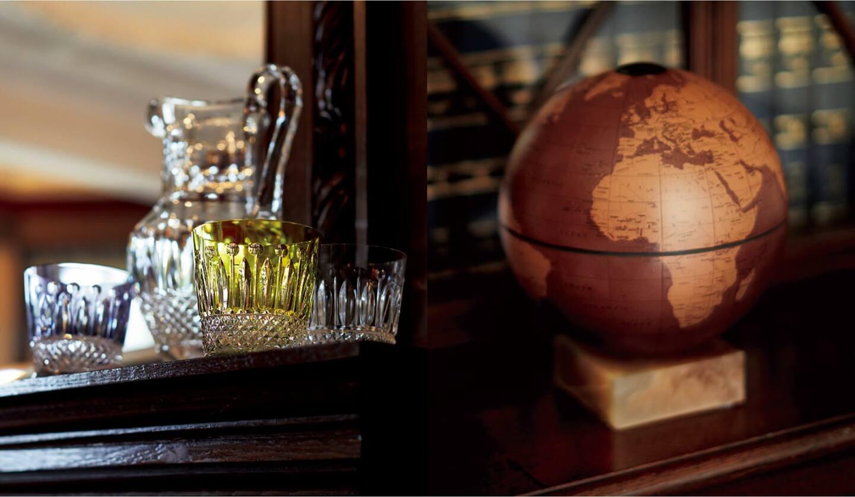 左:『トミー』ウォータージャグ¥94,000・グラス/イエロー・パープル各¥46,000、クリア¥23,000(エルメスジャポン〈サンルイ〉)、右:地球儀『HUNTER』¥64,400(ジョルジオ アルマーニ ジャパン〈アルマーニ/カーザ〉)