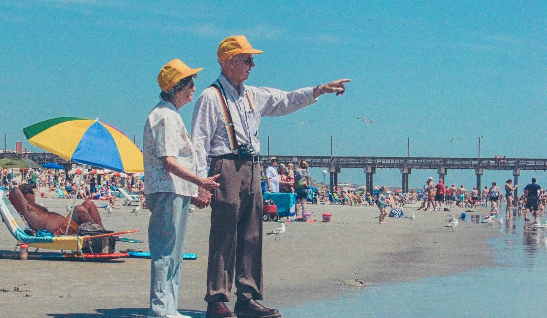 海辺の老夫婦