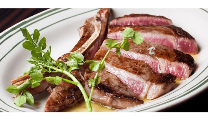 クイーンズ ステーキ アンド バーガーの肉料理