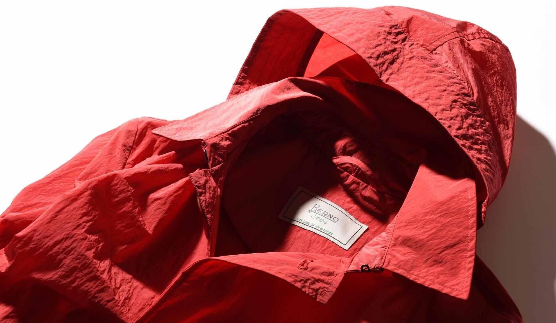 ヘルノのリサイクルナイロン製のスプリングコート