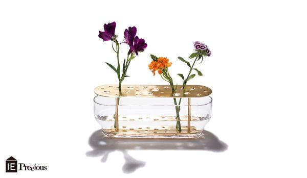 お花を自由なバランスで生けておしゃれに決まる、フリッツ・ハンセンの「イケバナベース」