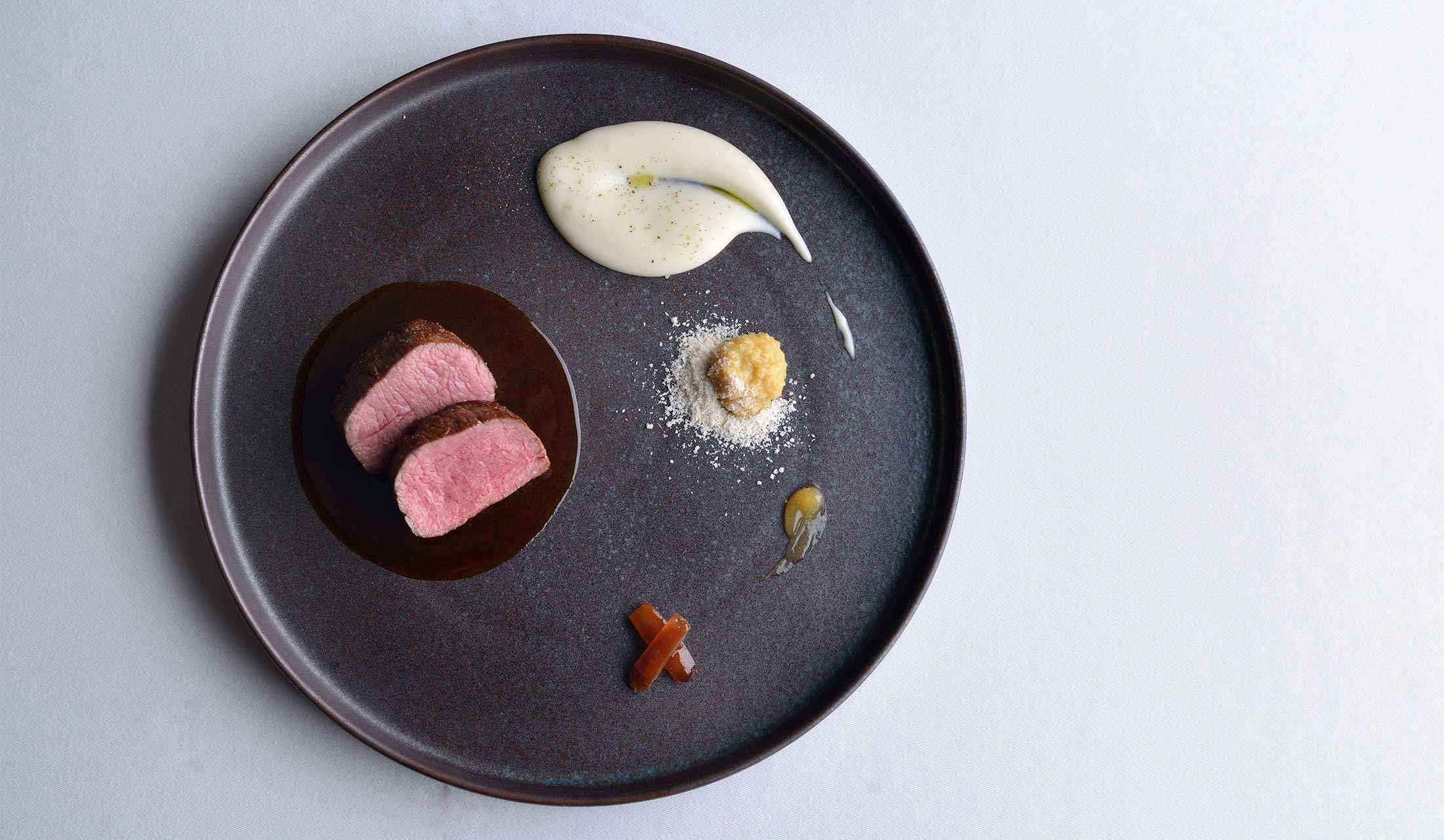 ディナーのメイン料理「仔羊のロース肉のロティ」