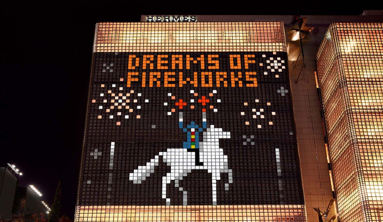 銀座メゾンエルメスにプロジェクションマッピングで映し出された「騎乗の花火師」