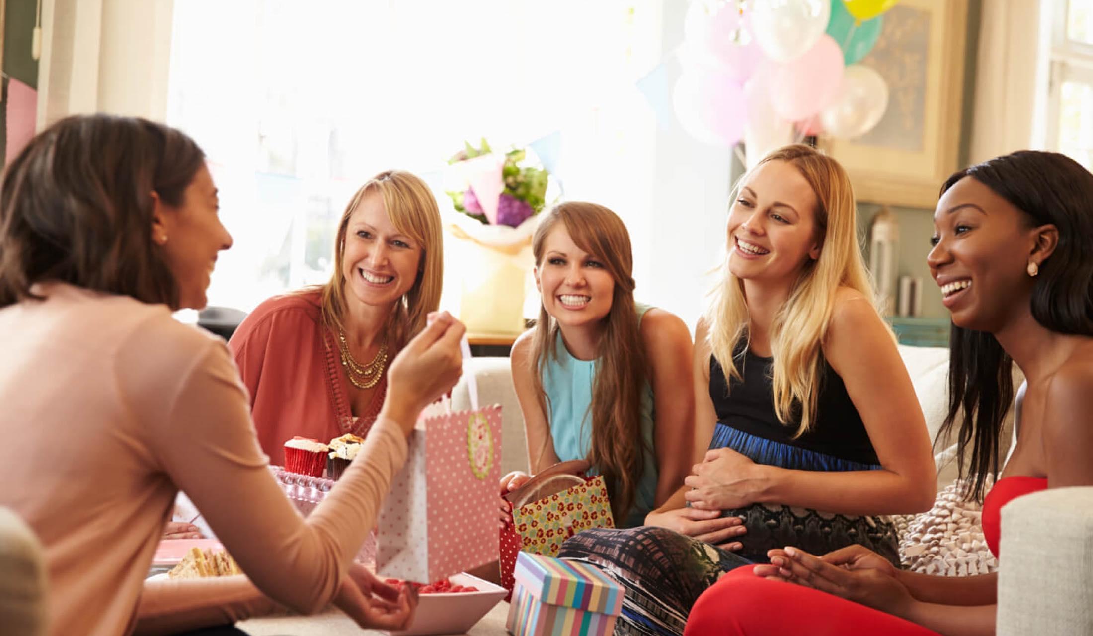 ホームパーティーで盛り上がる5人の女性