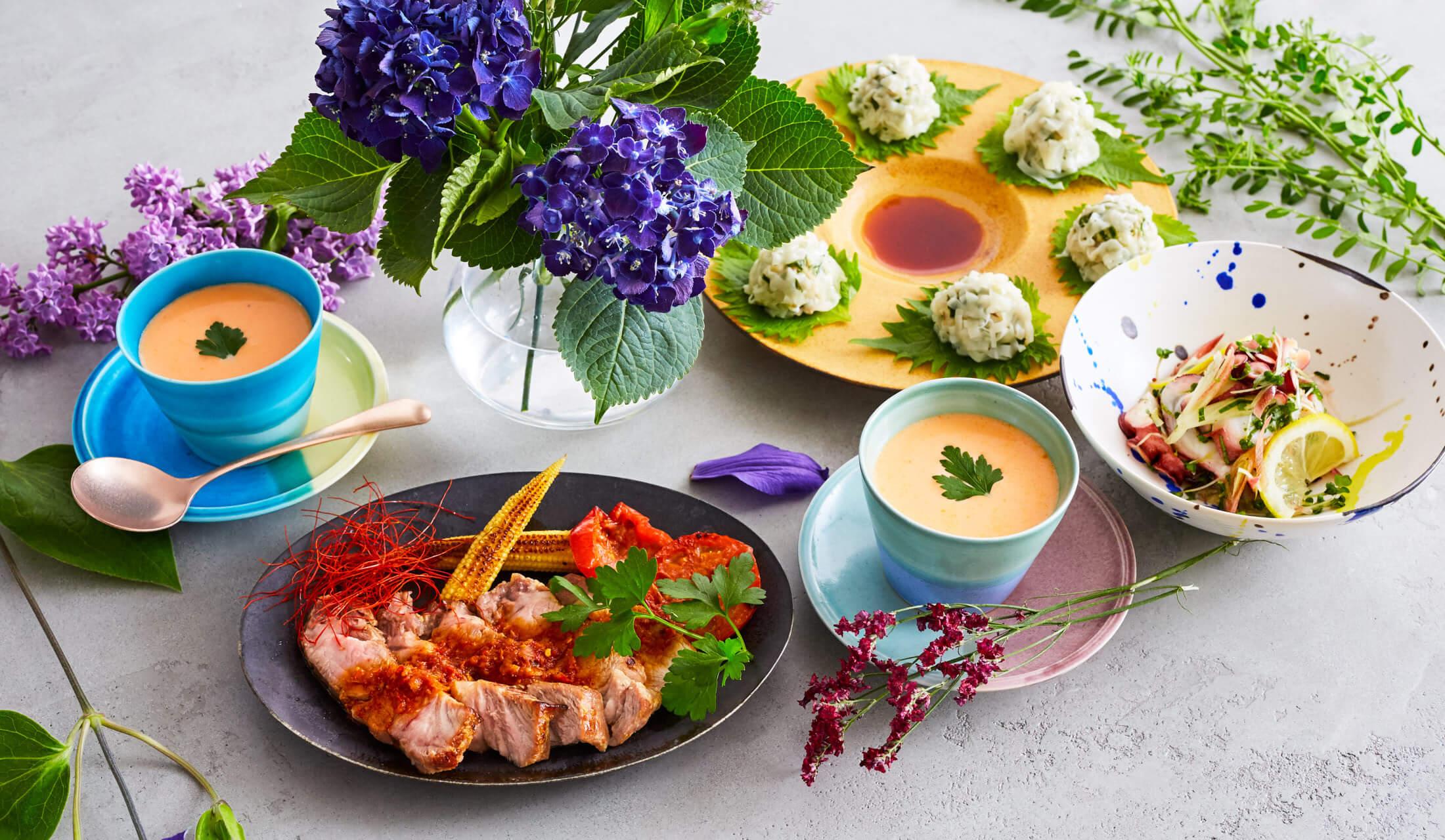 テーブルに並ぶ、寺井幸也さんの作った「パプリカとホワイトアスパラの冷製スープ」、「タコと薬味のサラダ」、「エスニック風味のシュウマイ」、塩麹でキレイになれる!「ゆで豚のピリ辛ジンジャーソースがけ」