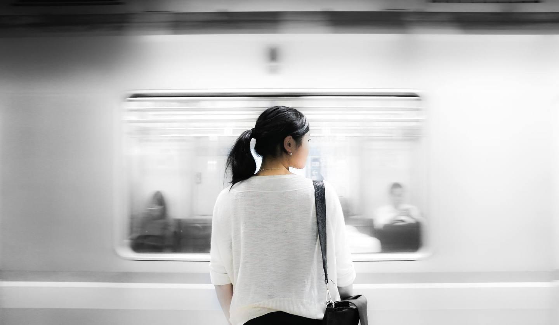 駅構内に立つ女性