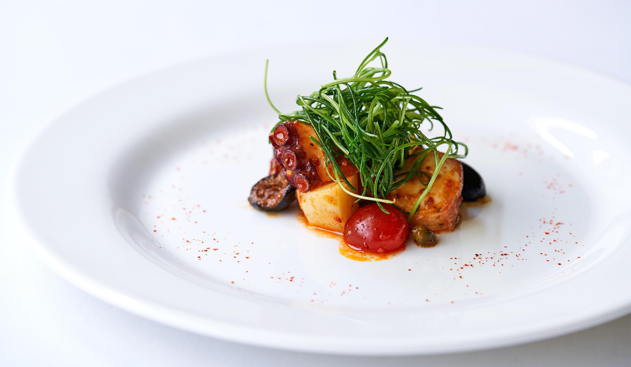 前菜「ロザマリーナ風味の蛸とジャガイモ、ケッパーのインサラータ チロ マリーナ仕立て」。