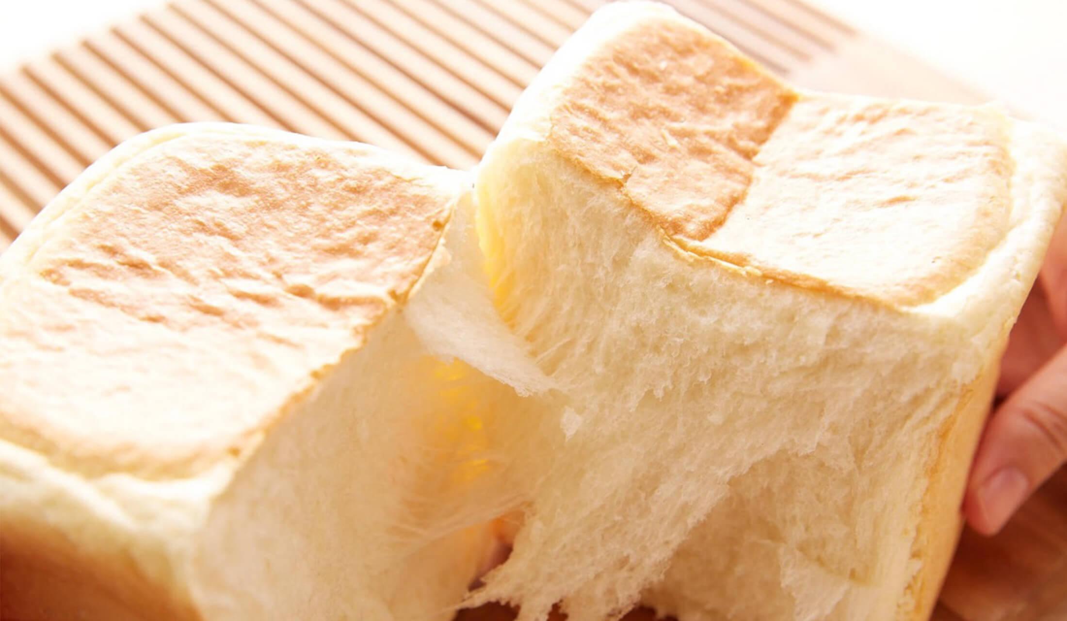 半分になったふわふわの食パン