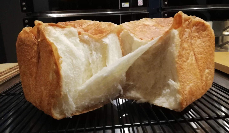 半分に割った焼きたて食パンの写真