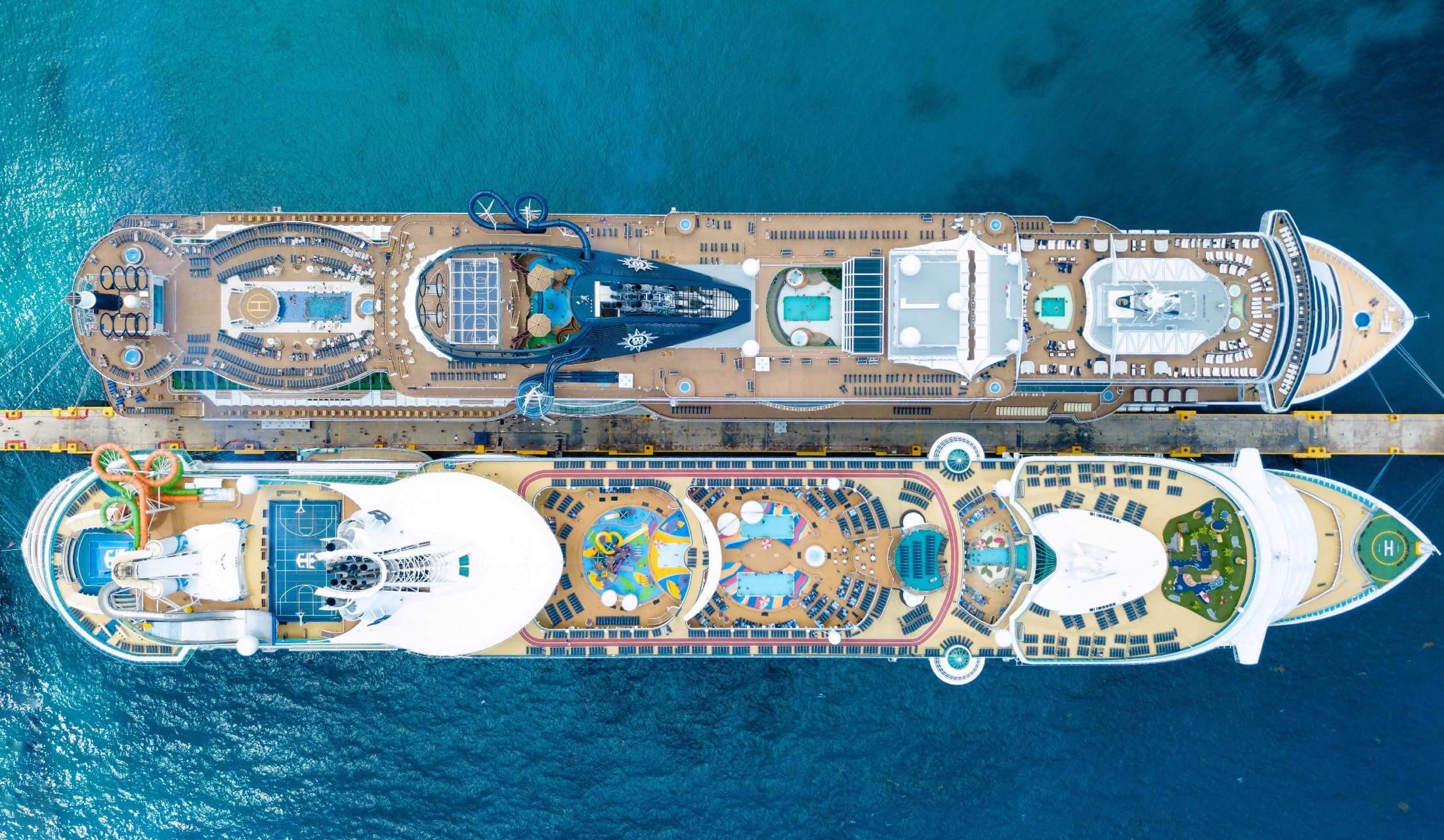 港に停泊するクルーズ船