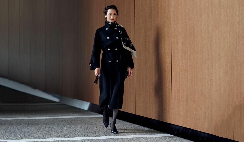 ジョルジオ アルマーニのカシミヤコートを着用しているモデルの黒田エイミさん