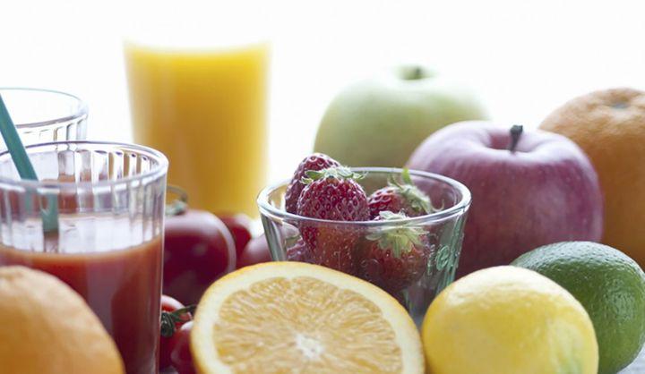 フルーツとジュースが並んでいる写真