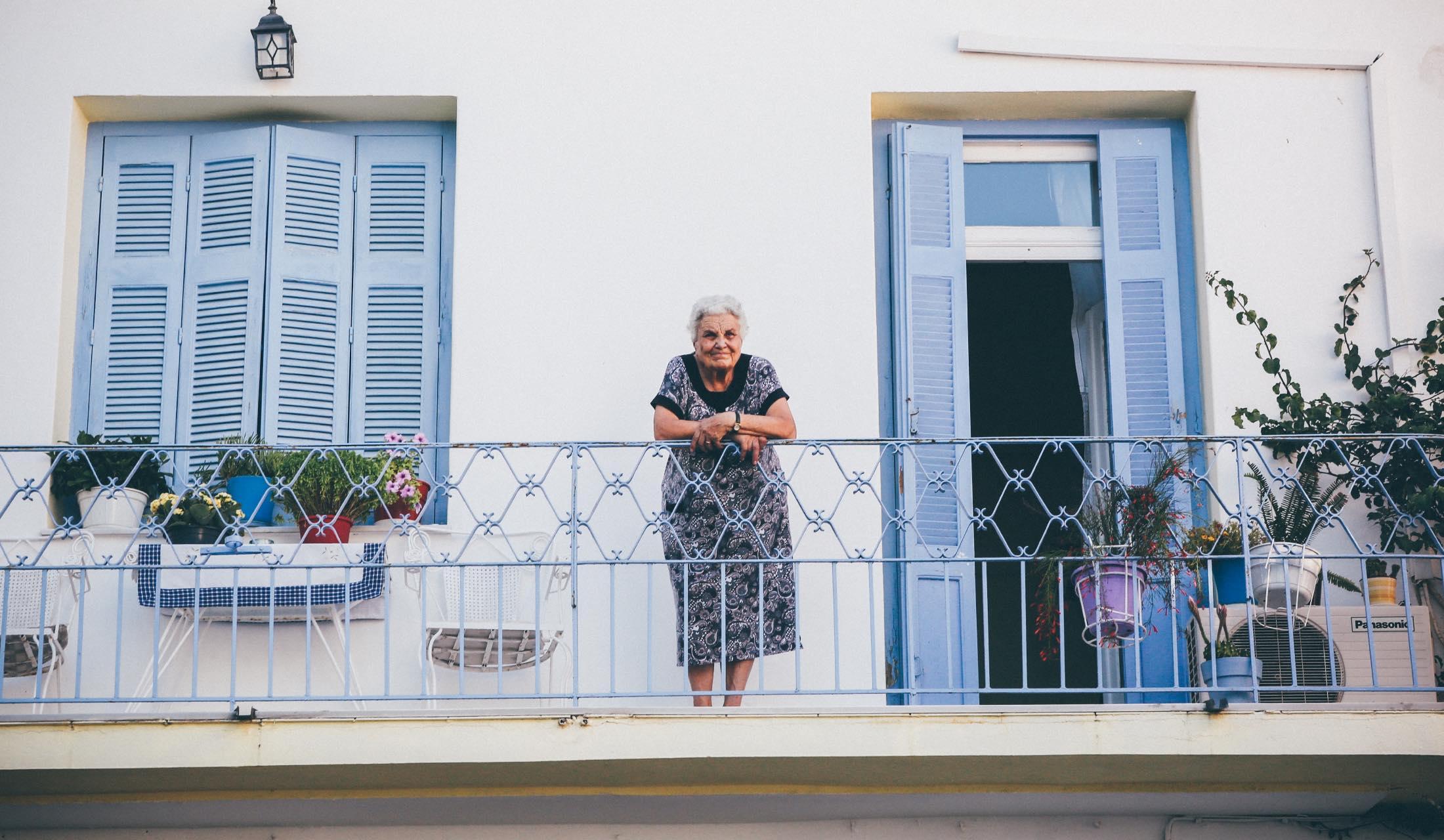 ベランダに佇むおばあさん