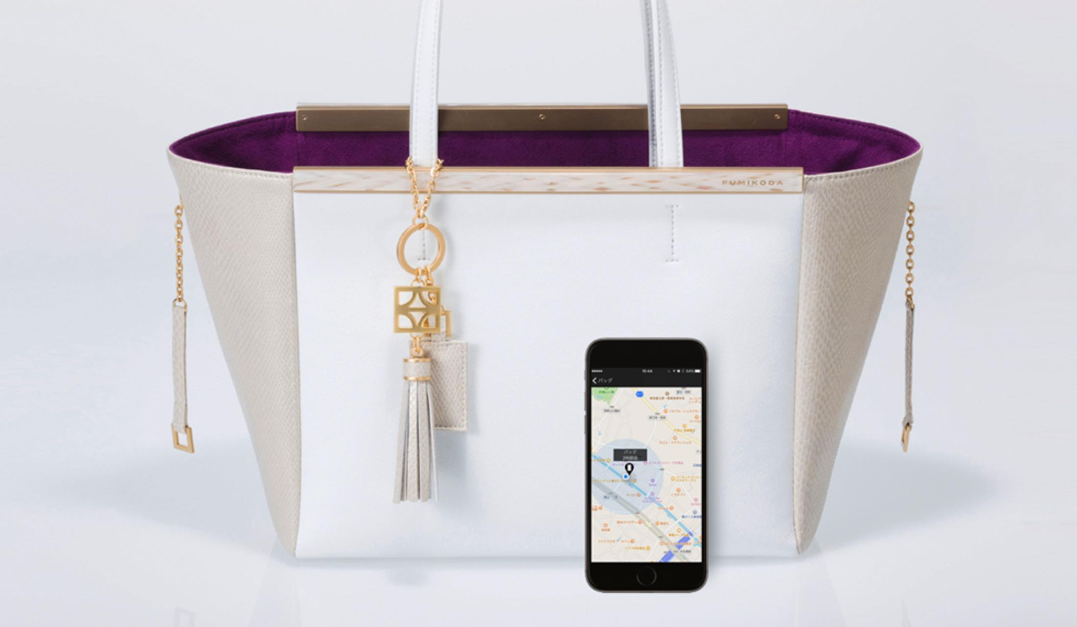 FUMIKODAのバッグ、キーチャームとスマートフォン